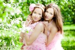 Tweeling vrouwen met een libel royalty-vrije stock afbeeldingen