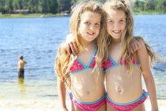 Tweeling zusters bij het meer royalty-vrije stock afbeeldingen