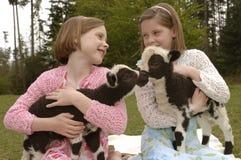 Tweeling Zusters met Lam op Pasen Stock Afbeeldingen