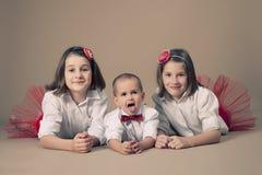 Tweeling zusters met weinig broer Stock Afbeeldingen