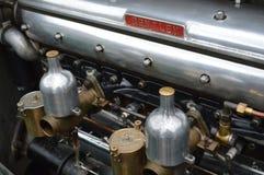 Tweelingcarburatoren op een uitstekende Bentley-motor Stock Foto
