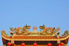 Tweelingdraken op het Chinese tempeldak Stock Foto