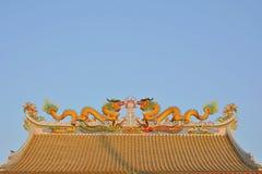 Tweelingdraken op het Chinese tempeldak Stock Fotografie