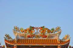 Tweelingdraken op het Chinese tempeldak Stock Afbeelding