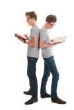 Tweelingen die boeken lezen royalty-vrije stock fotografie