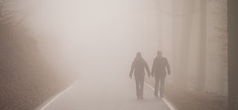 Tweelingen die in mist lopen Stock Afbeelding