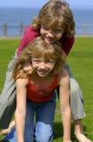 Tweelingen in een Park van de Kust Stock Fotografie