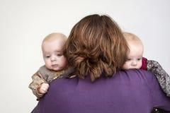 Tweelingen en moeder Stock Afbeelding