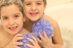 Tweelingen in het bad Royalty-vrije Stock Afbeeldingen