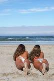 Tweelingen in het strand Stock Foto's