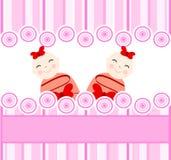 tweelingen meisjes op roze gestreepte achtergrond Royalty-vrije Stock Afbeeldingen