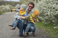 Tweelingen met vader Stock Afbeelding