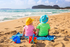 Tweelingen op de strandvakantie Royalty-vrije Stock Afbeelding