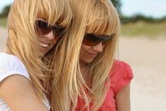 Tweelingen op het strand Stock Foto