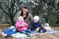 Tweelingen in zonnige de dag bosboom van de de zomertuin Royalty-vrije Stock Afbeelding