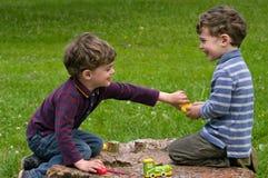 Tweelingenspel met enthousiasme Stock Foto's