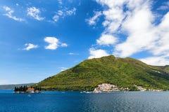 Tweelingkerken in de baai van Kotor royalty-vrije stock foto's