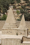 Tweelingkoepels van een Yezidi-tempel in Lalish, Iraaks Koerdistan stock foto's