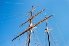 Tweelingmasten van een varend schip in haven royalty-vrije stock foto