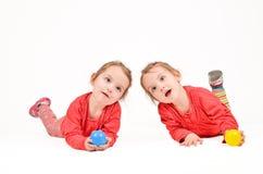 Tweelingmeisjes op witte Achtergrond Stock Afbeeldingen