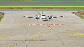 Tweelingmotorvliegtuig die bij de internationale Delta van luchthavendonau landen stock footage