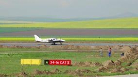 Tweelingmotorvliegtuig die bij de internationale Delta van luchthavendonau landen stock video