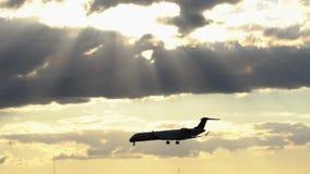 Tweelingmotorvliegtuig die bij de zonsondergang landen stock video