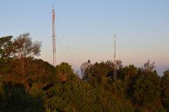 Tweelingtelefoonantenne op de heuvel stock foto