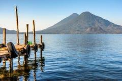 Tweelingvulkanen bij vroege ochtend, Meer Atitlan, Guatemala Royalty-vrije Stock Foto