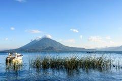 Tweelingvulkanen & boten, Meer Atitlan, Guatemala Royalty-vrije Stock Afbeeldingen