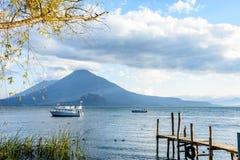 Tweelingvulkanen, Meer Atitlan, Guatemala Royalty-vrije Stock Fotografie