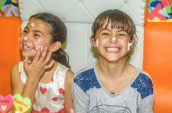 Tweelingzusters bij verjaardagsviering met cake Stock Fotografie