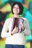 Tweem, das stolz ihre Bibel anzeigt Stockbilder