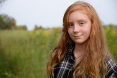 Tween κόκκινο κεφάλι στον πράσινο τομέα Στοκ εικόνες με δικαίωμα ελεύθερης χρήσης