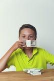 Tween παιδί που καλύπτει το στόμα με τους λογαριασμούς δολαρίων Στοκ φωτογραφία με δικαίωμα ελεύθερης χρήσης