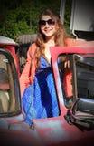 Tween con el coche viejo Foto de archivo libre de regalías