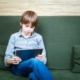 Tween con la nueva tableta Fotografía de archivo libre de regalías