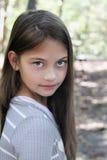 Tween-Mädchen, das Kamera untersucht Lizenzfreie Stockfotos