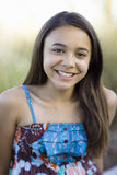 Tween-Mädchen, das zur Kamera lächelt Lizenzfreies Stockbild