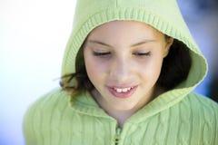 Tween-Mädchen draußen lizenzfreie stockfotografie