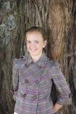 Tween-Mädchen draußen stockfoto