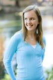 Tween-Mädchen draußen lizenzfreie stockbilder