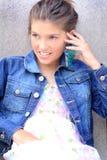 Tween Meisje op Telefoon Stock Foto's