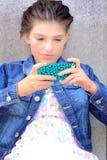 Tween Meisje Texting Royalty-vrije Stock Afbeeldingen