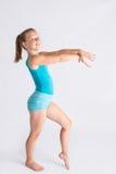 Tweenflickan i gymnastik poserar Arkivbilder