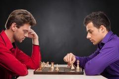 Tweepersoons het zitten en het spelen schaak Royalty-vrije Stock Foto's