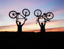 Tweepersoons houdt hun fietsen Royalty-vrije Stock Afbeeldingen