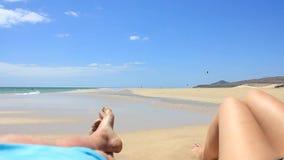 Tweepersoons op een strand op Fuerteventura - Spanje - Canarische Eilanden stock video