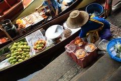 Tweepersoons verkopend vruchten en voedsel bij het drijven van Damonen Saduak markt Royalty-vrije Stock Afbeelding