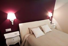 Purpere slaapkamer Stock Afbeelding